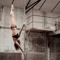 Pole Dance una disciplina acrobatica. Video e immagini con Karo Swen